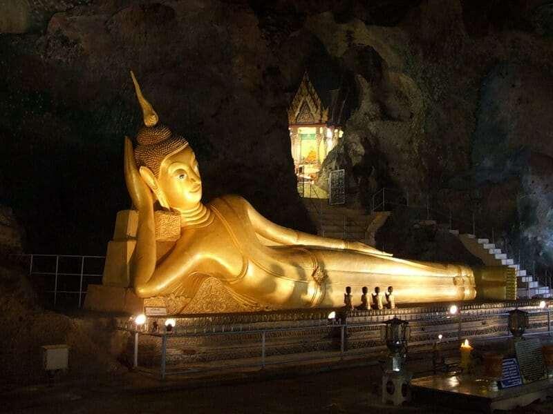 Храмом Лежащего Будды