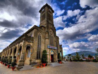 Кафедральный собор Нячанга – величественное сооружение, которое просматривается из любой точки города.