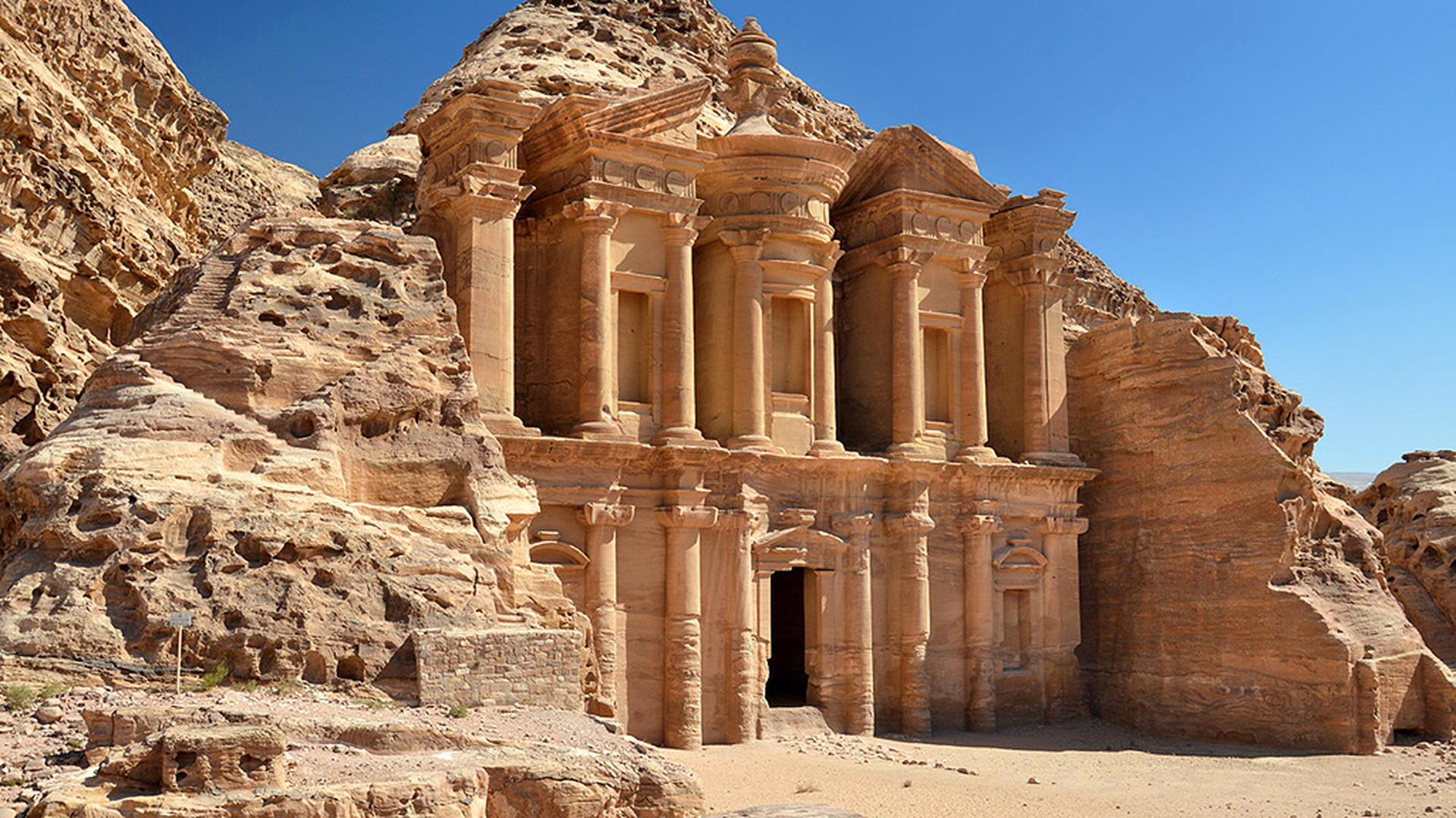 После того, как 2300-летний «потерянный город» в Иордании сыграл эпизодическую роль в 1989 году в Индиане-Джонсе и последнем крестовом походе, туризм взорвался от нескольких тысяч посетителей в год до более полумиллиона сегодня