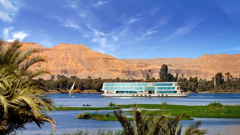 Путешествие по древним чудесам Египта начинается в 14 милях от Каира, с посещением пирамид Гизы, которые датируются 4500 годами