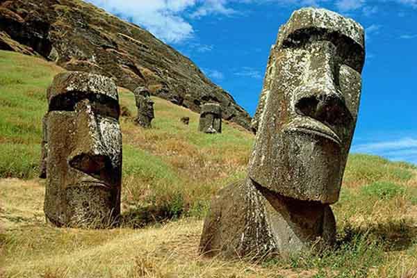 Южная Америка, Чили, Рапа Нуи, остров Пасхи, гигантский монолитный камень Статуи Маои в Рано Рараку