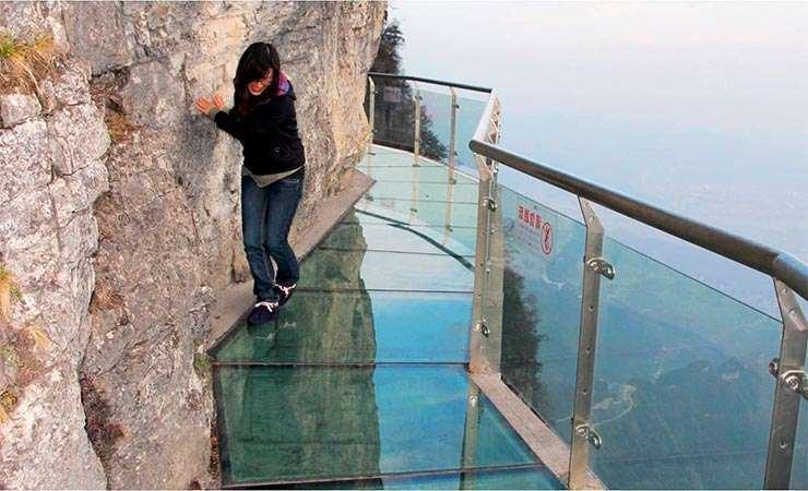 «Трескающийся» стеклянный мост в Китае у горы Тайханьшань