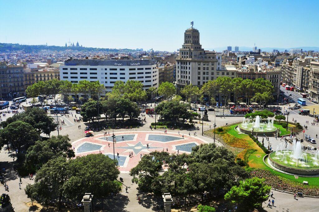 Это начало Нового города в Барселоне, возведенного во времена королевы Изабеллы II. Площадь находится на границе с Готическим кварталом, а дальше от неё идут кварталы, построенные по прямым и перпендикулярным линиям, с отходящими магистралями.