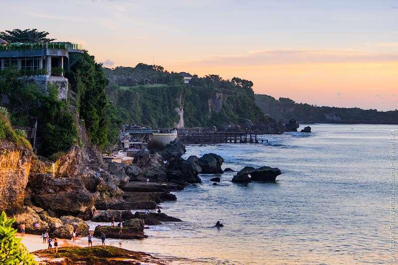 Достойный пляж южного побережья Бали. Обосновался Джимбаран в бухте с живописными пейзажами, отелями, вилами, с приемлемыми ценами и профессиональным обслуживанием.