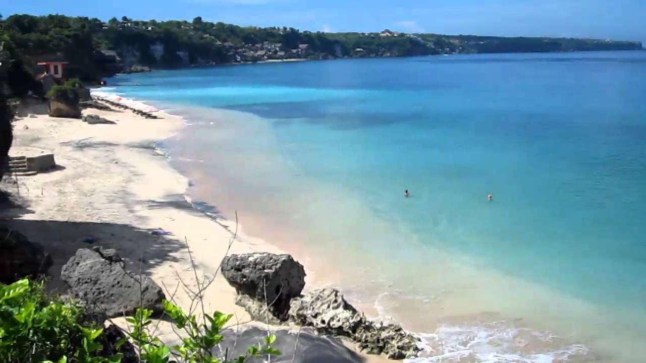 Лазурное море, белоснежный песок – вот что такое пляж Дримленд на острове Бали. Дримленд хорошо подходит для релаксирующего отдыха на шезлонгах, принятия солнечных ванн, наслаждения видами моря.