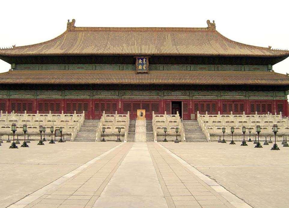 Императорский дворец в Пекине, или Запретный город, состоит ровно из 9999 комнат.