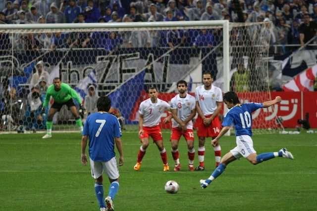 Существуют данные о том, что еще в древности в Китае играли в спортивную игру с мячом из кожи, напоминающую футбол.