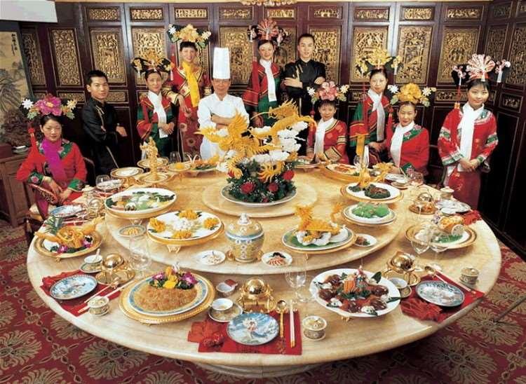 В Китае принято обедать в большой компании друзей или родственников – есть полагается неторопливо и с удовольствием. Если участники трапезы заказывают суп, его принесут в одной двухлитровой тарелке на всех.