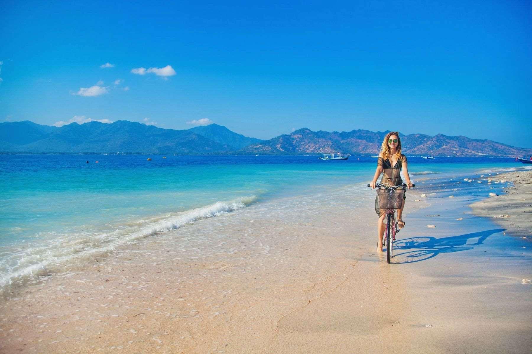 Гили Эйр укрыт пляжами с каждой стороны острова. Плавать у берега сложно, здесь слишком мелко, особенно во время отливов.