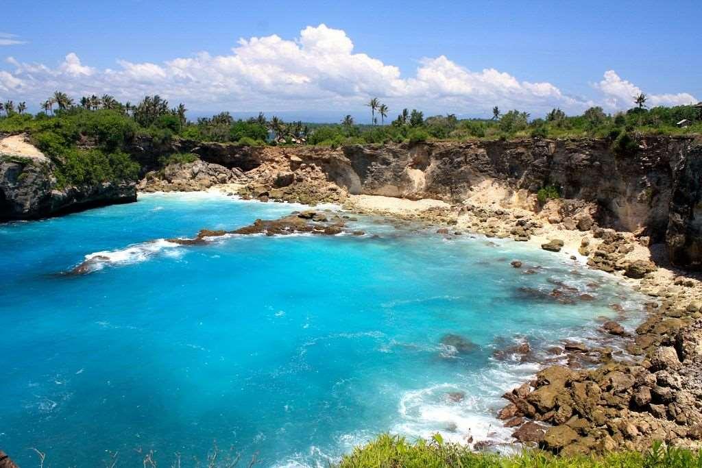 На Нуса Лембонган с Бали можно добраться за пол часа. Хотя остров нельзя назвать курортным раем, но тут имеются довольно приличные отели.