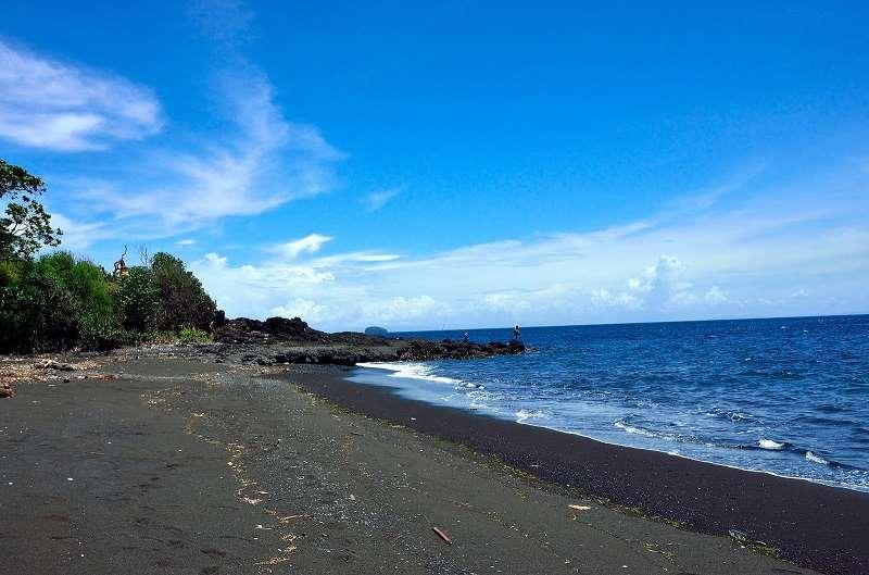 Лучший пляж для спокойного отдыха на белом нежном песке и берегу, окруженном зеленью и скалами. Также есть отведенное место для серферов.