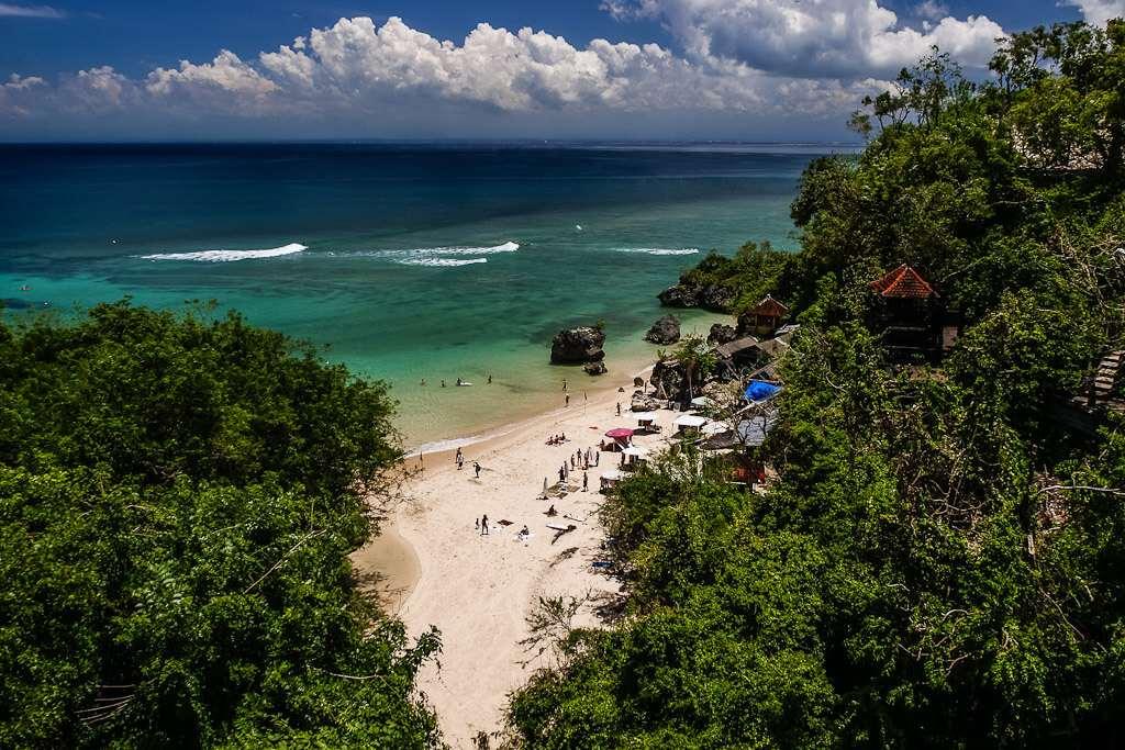 На пляже Паданг-Паданг могут наслаждаться теплыми, прозрачными водами океана взрослые и дети, родители могут не бояться за их безопасность.