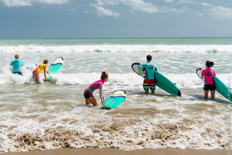 Пляж Бали Кута – самый популярный и лучший, по мнению многих туристов. Сюда съезжается преимущественно молодежь, чтобы кататься на сёрфе или взять уроки в сёрф-школе.
