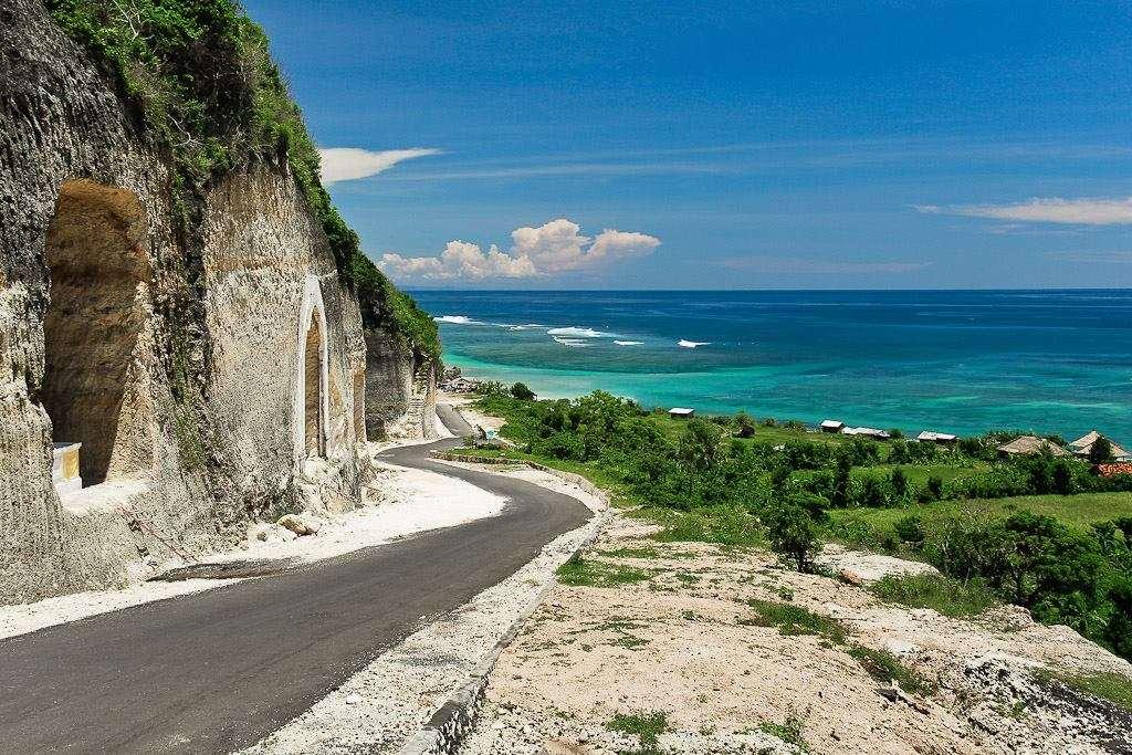 Полуостров расположился в южной части Бали. В этой части преобладают пляжи с чистой, бирюзового оттенка, водой, где много тайных пляжей, которые хорошо подходят для серфинга.
