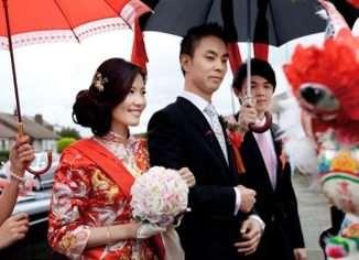 В подавляющем большинстве случаев китайцы вступают в брак с партнерами, которых им подбирает профсоюз.