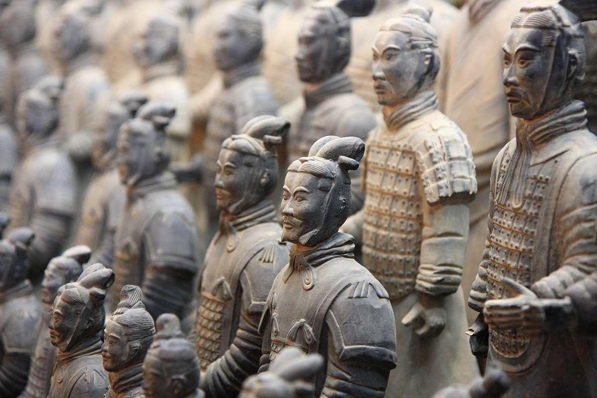 В его сводчатых залах находится знаменитая терракотовая армия, состоящая из 7,5 тысяч солдат и 90 военных колесниц. Все фигуры уникальны и имеют высоту в 1,8 метра.