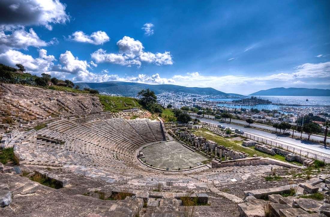 Среди основных достопримечательностей Бодрума выделяется хорошо сохранившийся античный театр. Он был построен в IV веке до н. э. во время правления карийского царя Мавсола.