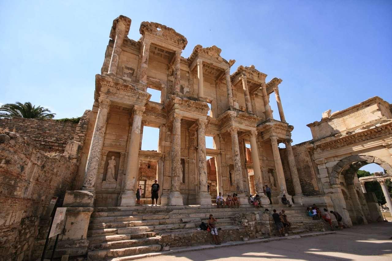 От Бодрума на расстоянии 172 км находится античный город Эфес. В этом археологическом комплексе находится много хорошо сохранившихся античных построек. Город знаменит храмом Артемиды, однако, увидеть его вы не сможете.