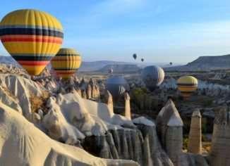 Со всего мира сюда едут туристы, чтобы совершить полет на воздушном шаре, полюбоваться восходом солнца и фантастическими пейзажами созданными природой.