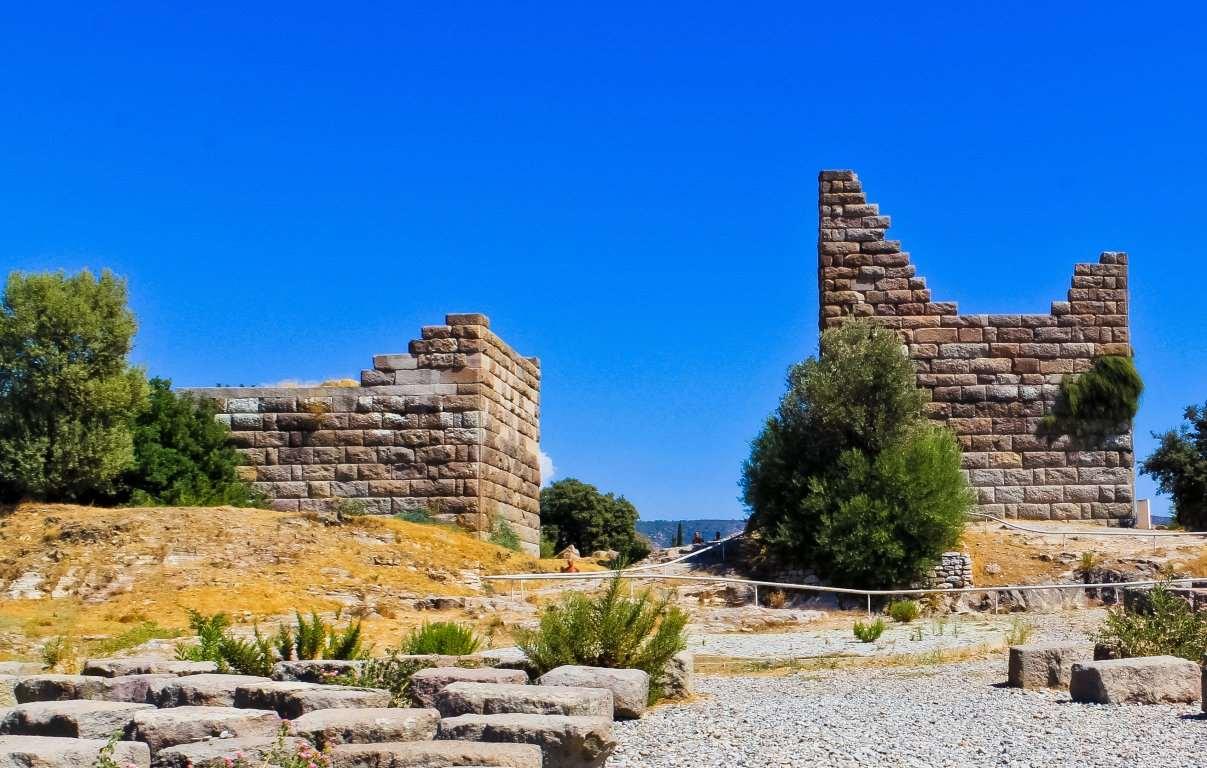 Ворота были главным входом в античный город Галикарнас. Ворота разрушены армией Александра Македонского. В настоящее время проводятся восстановительные работы.