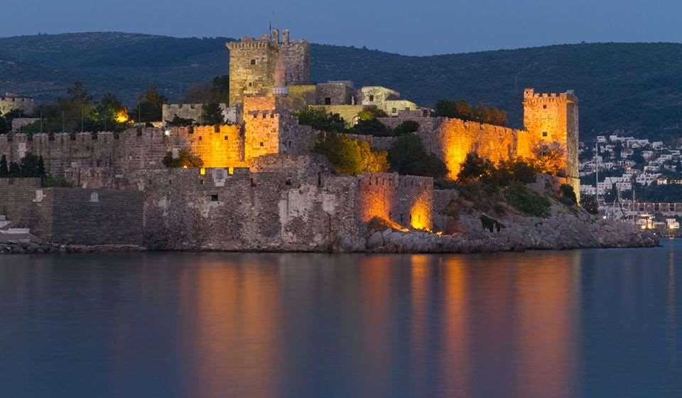 Строился с 1415 до 1523 годов и представляет собой памятник средневековой архитектуры Восточного Средиземноморья. При его постройке использовались обломки более древнего архитектурного строения - Галикарнасского мавзолея.