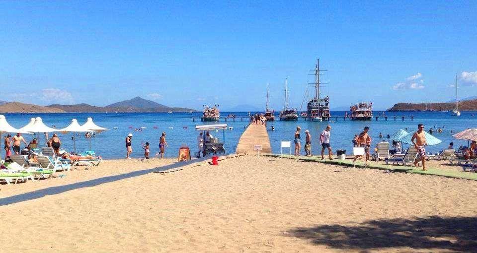 Поселок находится в 15 минутах езды от Бодрума. Предпочтителен для тех кто любит тишину и уединение. Пляжи в основном песчаные, чистые, оборудованы всем необходимым для отдыха. На пляжах достаточно места для всевозможных водных видов спорта.