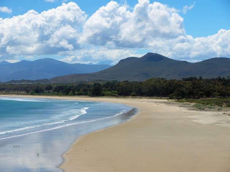 Находится на расстоянии 15 км от Бодрума. Пляжи песчаные и галечные. Весь сезон возле берега волны, что является настоящей приманкой для серферов. Место живописное, но многолюдное.