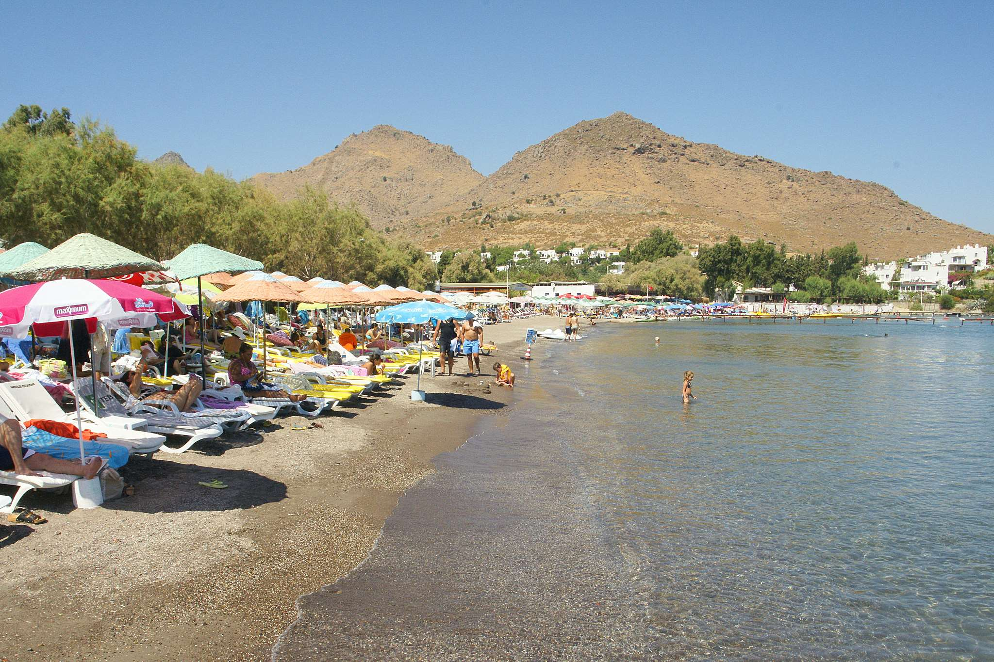 Курорт в 15 км от Бодрума. В его окрестностях много зелени. Пляжи песчаные, а море мелкое и теплое. Подходит ценителям тихого и размеренного отдыха, семейным парам с детьми.