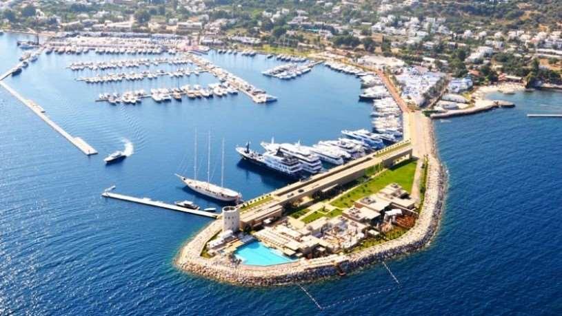Город находится в 18 км от Бодрума. Это место подходит для серфингистов и других любителей водного спорта т. к. на море большие волны.