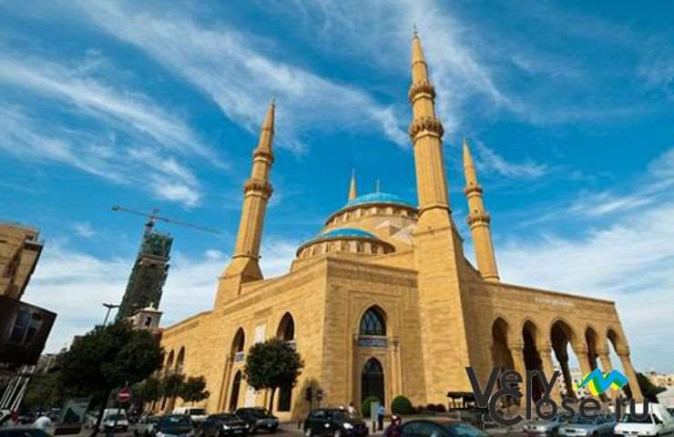 Мечеть имеет отличительный исламский архитектурный стиль периода правления мамлюков. Была построена по приказу принца Саиф аль-Дин Тайнала в 1335 году. Имеет пять куполов и минарет.