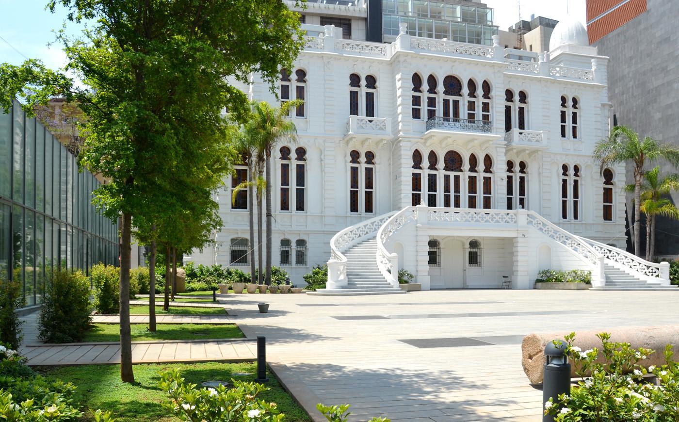 Николас Сурсак построил свой дворец в 1910 году, где разместил собранную коллекцию археологических древностей. Его можно посещать ежедневно с 10:00 до 13:00 и с 16:00 до 19:00 бесплатно. После смерти владельца в 1952 году дворец был передан в муниципалитет Бейрута, чтобы стать музеем современного искусства, как упомянуто в завещании. Одним из условий было то, что мэр Бейрута будет руководителем музея.