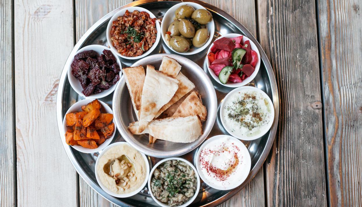 В кафе и ресторанах города представлены все кухни мира. Если же говорить о местной ливанской кухне, то национальные блюда вкусные и полезные. Практически в любое кушанье добавляется оливковое масло, сок лимона, корица и чеснок.