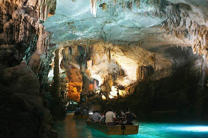Джейта Гротто (пещера, грот) является одной из самых известных достопримечательностей Ливана. Грот расположен примерно в 20 км к северу от Бейрута, в долине, известной как Вади-аль-Калб