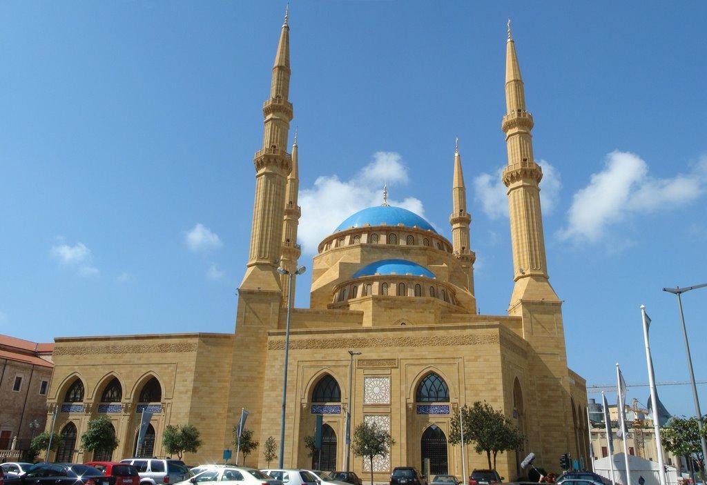 Мечеть расположена в исторической части города Бейрут на площади Мучеников (через центр проходит улица Принц Башир) и является одной из самых известных туристических достопримечательностей Ливана.