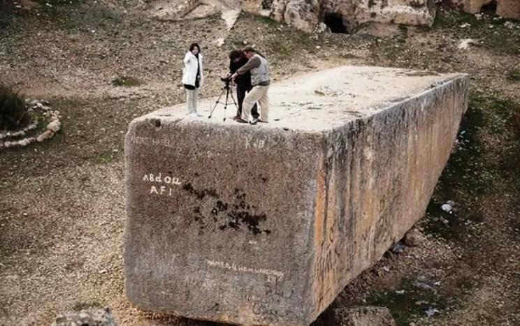 Скульптурный камень в Баальбеке длиной 20 метров и шириной 4 метра. Вес камня составляет 1615 тонн. Он расположен на северо-восточном въезде в Баальбек. Этот камень является самым большим резным камнем в мире