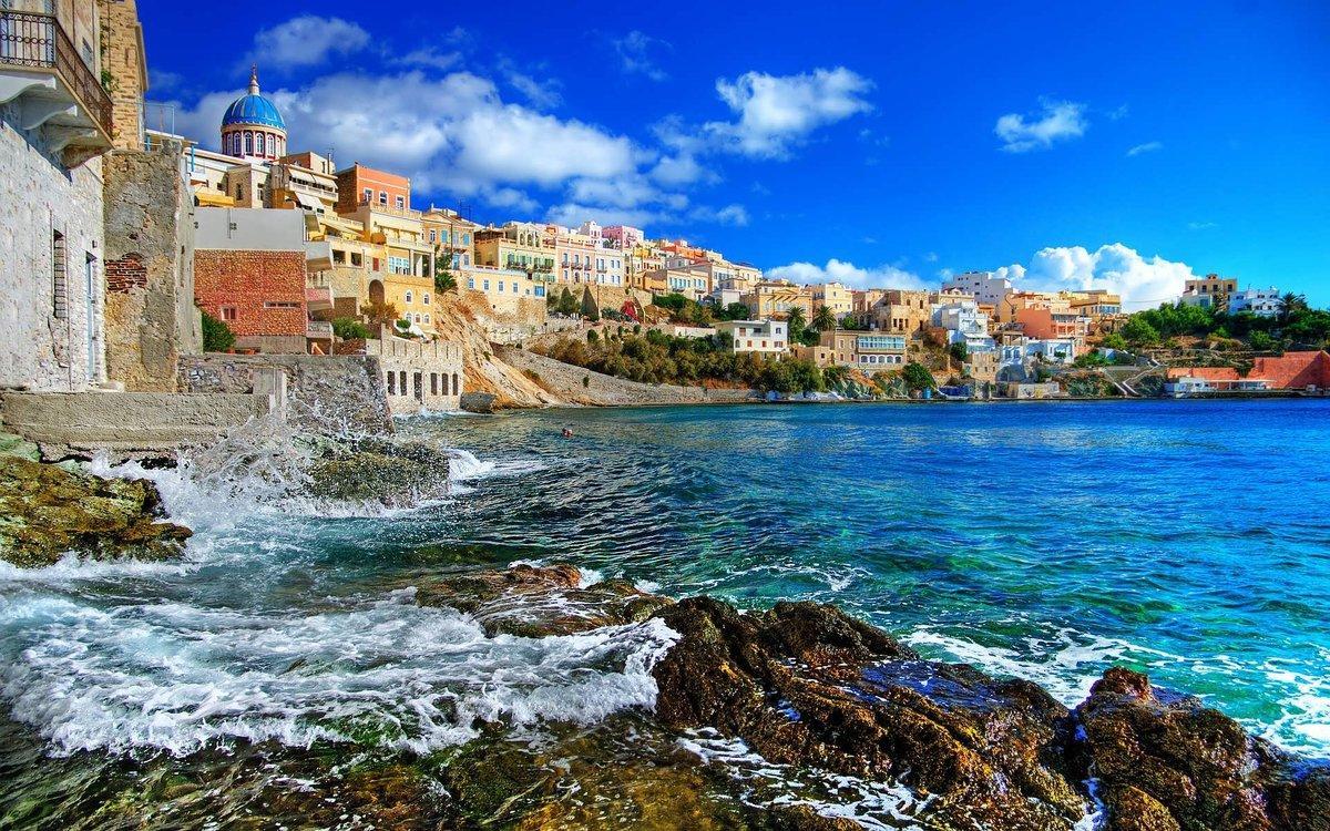Хотя сами Афины пока что не имеют выхода к морю, пригород известен пляжами, оборудованными всем необходимым для хорошего отдыха
