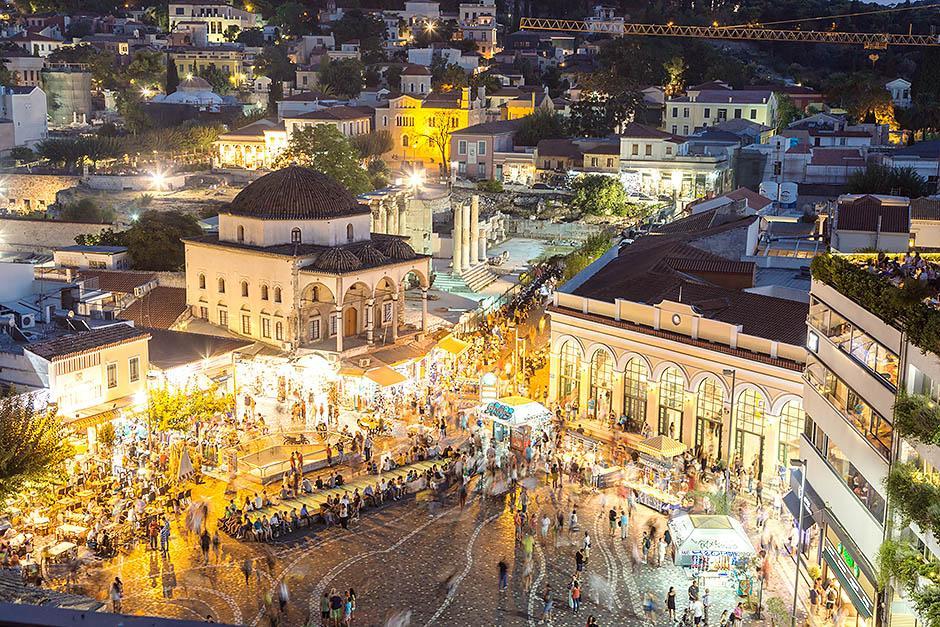 Монастираки располагается по другую сторону Акрополя и представляет собой торгово-исторический центр. Здесь находятся такие памятники архитектуры как библиотеки, башни и мечети