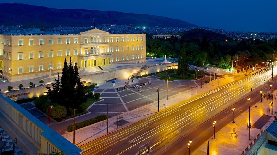 Район назван в честь площади, расположенный по центру Афин