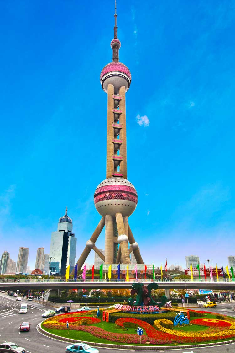 Телебашня высотой 468 м не является небоскребом, однако представляет очень необычное строение. Уникальная архитектура здания включает 11 сферических элементов, достигающих 50 м в диаметре.
