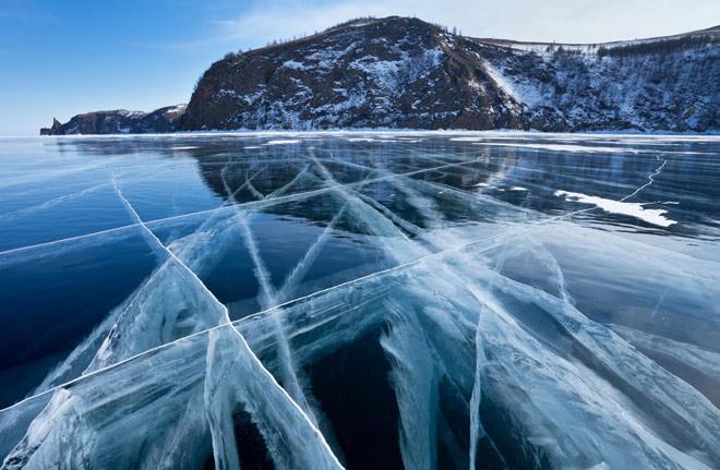 Байкал в летние месяцы – это великолепное зрелище, но особый шарм приобретает озеро, скованное льдом.