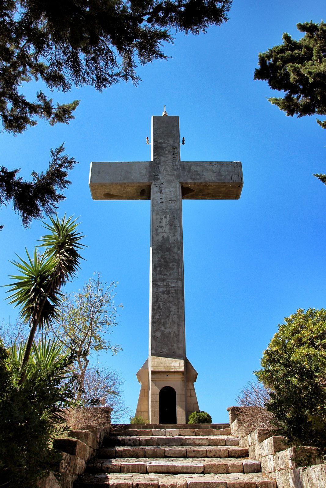 в этом священном месте сталкиваются два направления христианства – православие и католичество. Но они не противостоят друг другу, а сосуществуют в мире