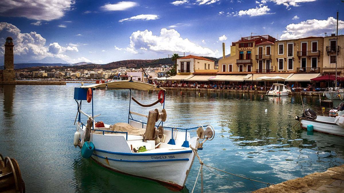Въехав сюда, может показаться, что путешественник перенесся из Греции вглубь Европы, и это не удивительно, ведь строительством населенного пункта полностью занимались венецианцы