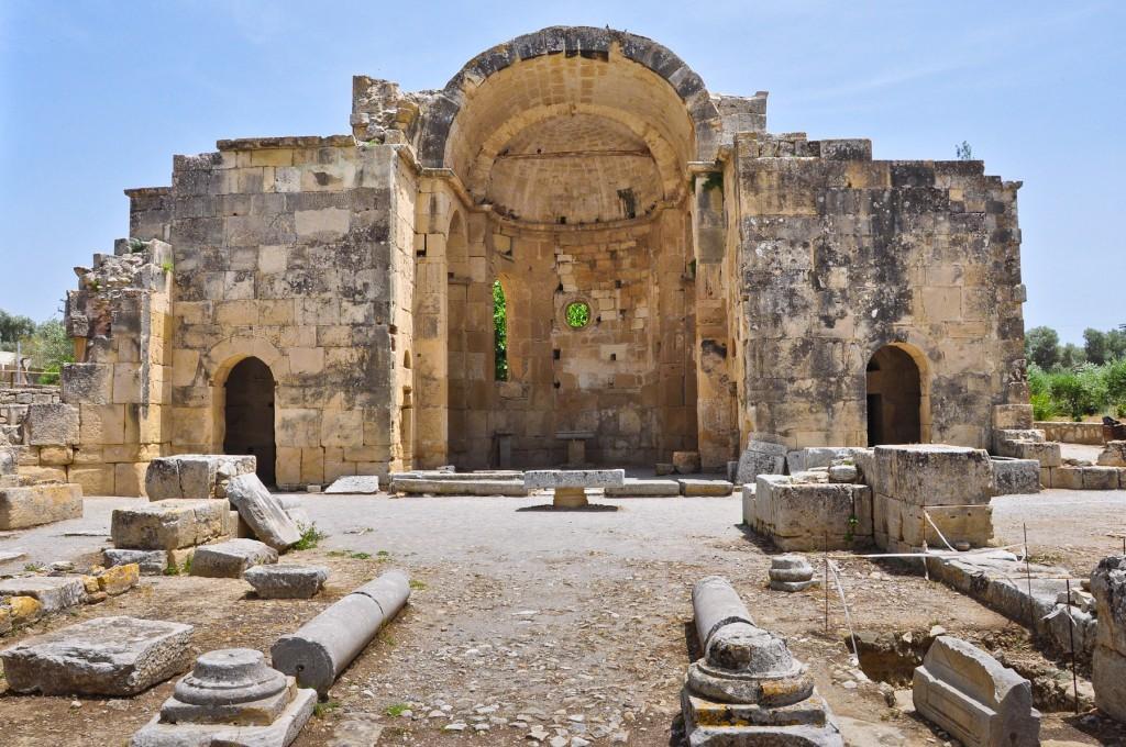 Это место действующих раскопок, где на руинах до сих пор видны следы древних цивилизаций