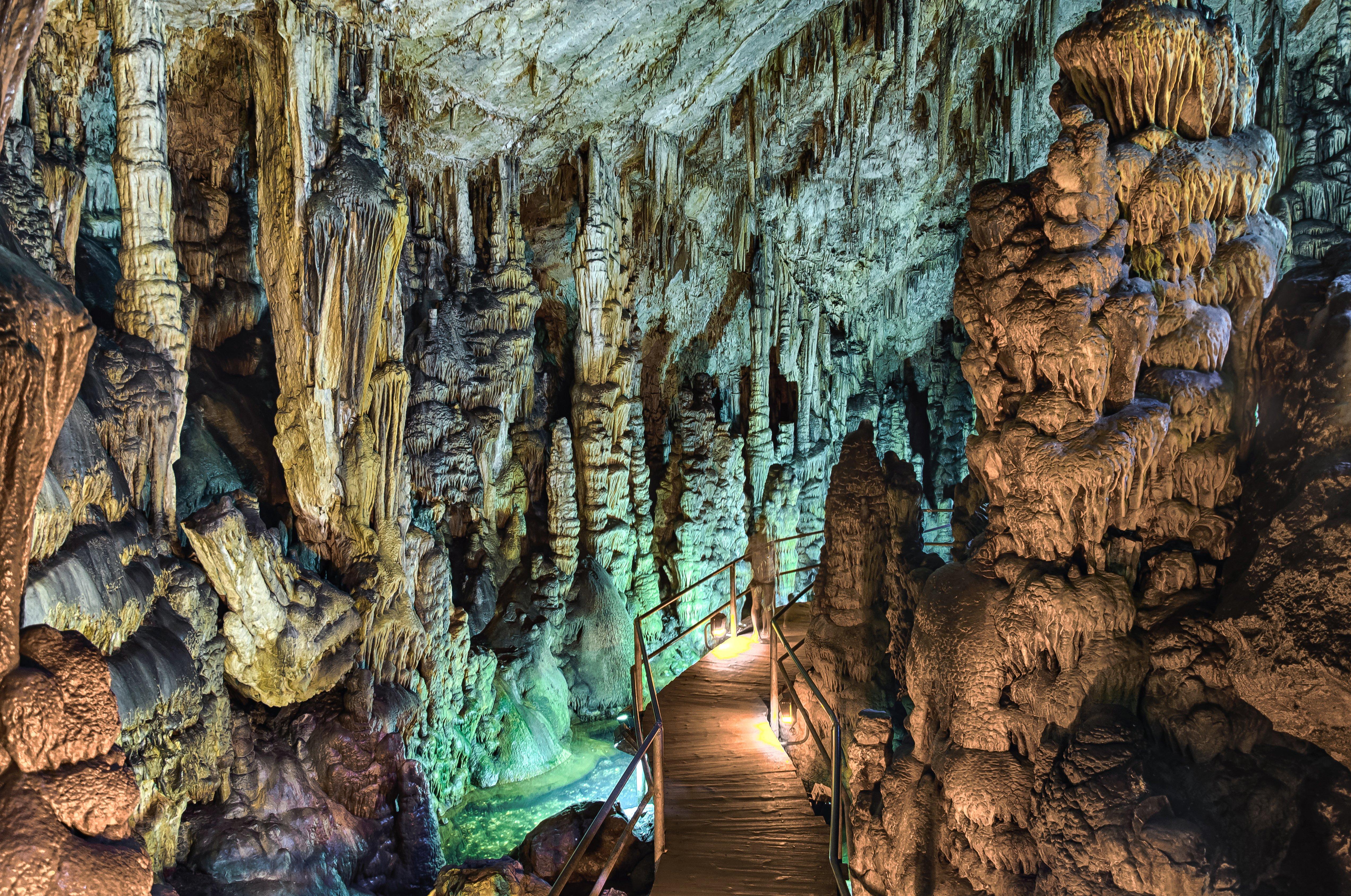 В Диктейских горах Крита находится природная пещера, где, если верить в мифологию, появился на свет бог Зевс