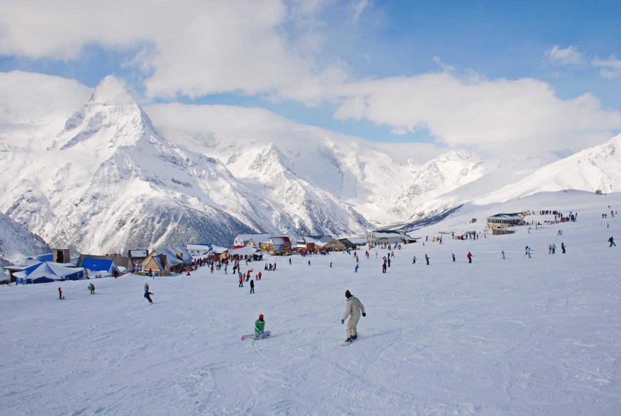 В горах Северного Кавказа есть отличное место, чтобы испытать свои силы на сноуборде или горных лыжах – это Домбай. Курортный город, названный в честь верховьев реки Теберды, берущих начало от Кавказского хребта