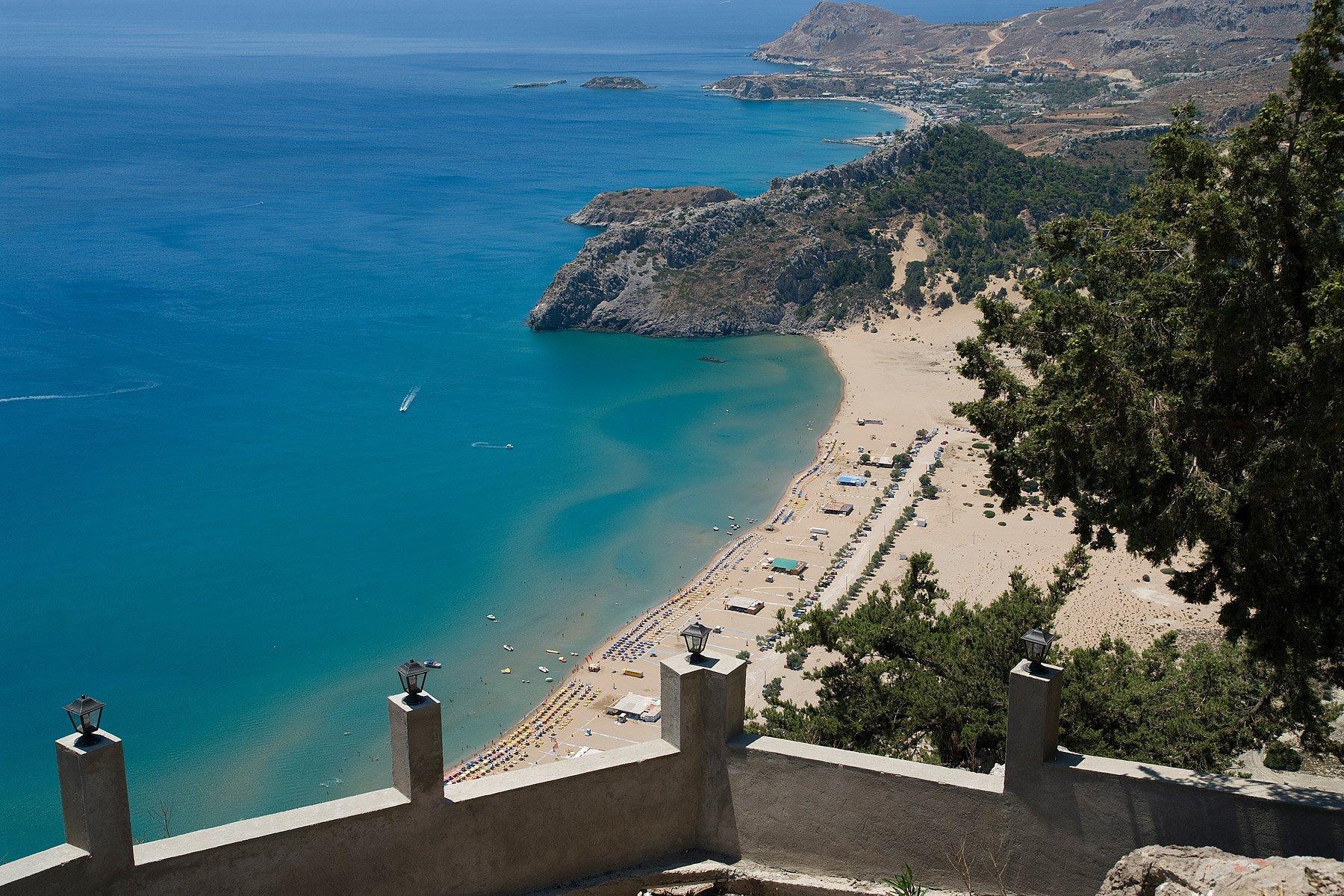 прозрачная вода и мелкий песок привлекают великолепием в обрамлении яркой зелени
