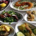 Основные блюда – салаты и различные морские деликатесы, обильно приправленные оливковым маслом, производимым на острове
