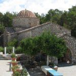 Большое поселение, само по себе являющееся памятником архитектуры