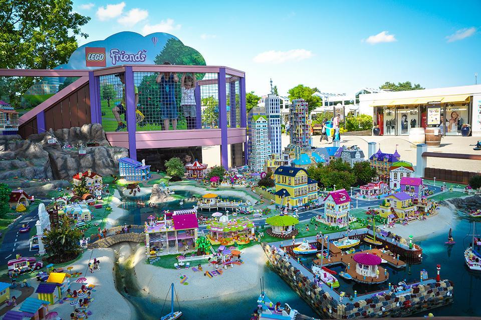 Миллиарды кубиков Lego готов предложить посетителям Леголенд в Дании. Для самых маленьких гостей здесь есть зоны с крупными и мягкими кубиками, а дети постарше смогут поучаствовать в строительстве тематических площадок, а также ознакомиться с историей создания всемирно известного конструктора.