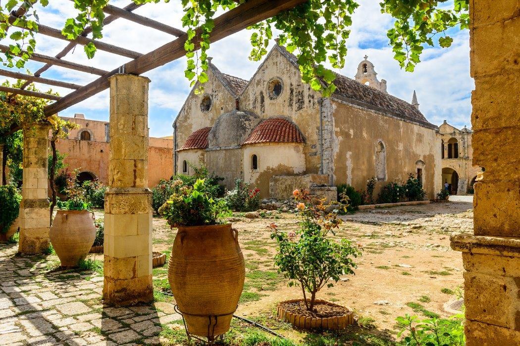 Сейчас это памятник архитектуры, но еще в начале 20 века монахи жили в древних кельях и проводили службы